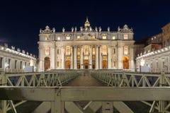 Verbazende Nachtfoto van de Basiliek van Vatikaan en St Peter ` s in Rome, Italië royalty-vrije stock foto