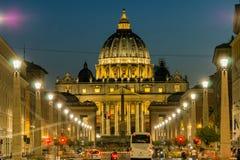 Verbazende Nachtfoto van de Basiliek van Vatikaan en St Peter ` s in Rome, Italië stock afbeelding