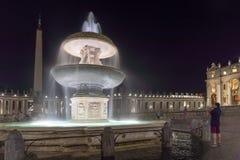 Verbazende Nachtfoto van de Basiliek van Vatikaan en St Peter ` s in Rome, Italië stock afbeeldingen