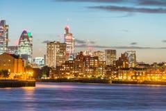 Verbazende nachthorizon van Stad met rivierbezinningen, Londen Stock Afbeeldingen