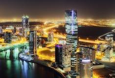 Verbazende nachthorizon: wolkenkrabbers van een grote moderne stad Doubai van de binnenstad Stock Foto