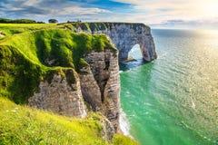 Verbazende natuurlijke wonder van de rotsboog, Etretat, Normandië, Frankrijk stock afbeeldingen