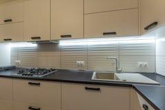 Verbazende nieuwe eigentijdse houten keuken met moderne oven en keukengootsteen met watertapkraan stock foto's