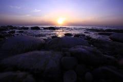 Verbazende ochtendzonsopgang over het overzees met bewolking stock foto's