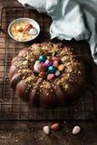 Verbazende Pasen-cake met chocolade en kleurrijke paaseieren op donkere achtergrond Hoogste mening Selectieve nadruk De ruimte va royalty-vrije stock foto