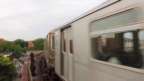 Verbazende reusachtige moderne stedelijke metro van de staalmetro trein die van de binnenstad zich snel op spoorweg in buurtpost  stock footage