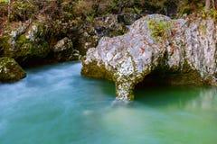 Verbazende rivier in de bergen, Mostnica Korita, de alpen van Julia Royalty-vrije Stock Foto's