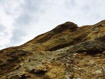 Verbazende rotsen op bovenkant een mooie berg Royalty-vrije Stock Fotografie
