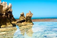 Verbazende rotsvormingen op strand Royalty-vrije Stock Afbeeldingen