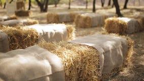 Verbazende rustieke decoratie van huwelijksceremonie met de stoelen van de hooivoorraad, het concept van het de zomerhuwelijk stock videobeelden