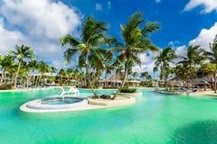 verbazende schitterende mening bij zwembad met turkoois rustig water in tropische palmtuin op blauwe hemel stock fotografie