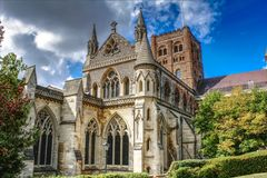 Verbazende St Albans Kathedraal - Natuurlijk daglichtbeeld stock foto's