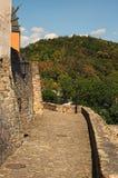 Verbazende steeg voor gangen van de middeleeuwse vestingwerkmuur van het kasteel Loket Zonnige de zomerdag royalty-vrije stock foto
