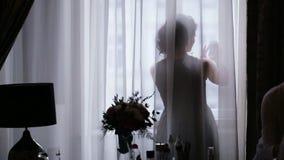 Verbazende vriend van een bruid die selfies doen terwijl een kunstenaar proffessional maakt een gelukkige bruid goedmaken stock footage