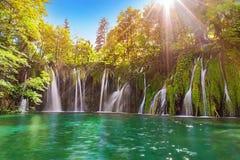 Verbazende waterval in Plitvice-Meren Nationaal Park met turkoois royalty-vrije stock fotografie