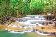 Verbazende waterval in tropisch bos van nationaal park, de waterval van Huay Mae Khamin, Kanchanaburi-Provincie, Thailand royalty-vrije stock foto's