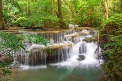 Verbazende waterval in tropisch bos van nationaal park, de waterval van Huay Mae Khamin, Kanchanaburi-Provincie, Thailand stock fotografie