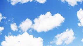 Verbazende witte pluizige wolken op een blauwe hemelachtergrond 16:9 panoramisch formaat stock foto's