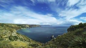 Verbazende zeegezicht mooie duidelijke natuurlijke die overzees door hoge berg wordt omringd timelapse stock footage