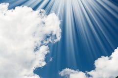 Verbazende zon en hemel in de blauwe hemel. Stock Fotografie