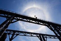 Verbazende zonhalo boven brug Stock Afbeelding