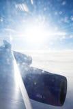 Verbazende zonneschijn over wolken Mening van vliegtuig Royalty-vrije Stock Foto's