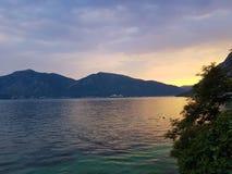 Verbazende zonsondergang bij de kust stock afbeeldingen
