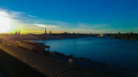Verbazende zonsondergang bij de rivier stock foto
