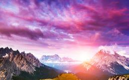 Verbazende zonsondergang in de bergen Royalty-vrije Stock Fotografie