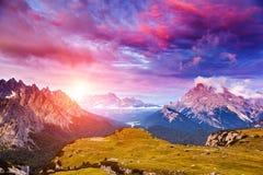 Verbazende zonsondergang in de bergen Stock Foto