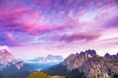 Verbazende zonsondergang in de bergen Royalty-vrije Stock Afbeelding
