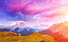 Verbazende zonsondergang in de bergen Royalty-vrije Stock Foto's