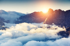 Verbazende zonsondergang in de bergen royalty-vrije stock afbeeldingen