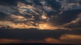 Verbazende Zonsondergang met Sterke Zonnestralen over het Oceaantime lapse stock videobeelden