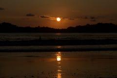 Verbazende zonsondergang op Carrillo-Strand van Costa Rica Stock Foto