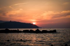 Verbazende zonsondergang op het strand royalty-vrije stock fotografie