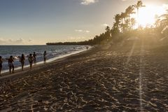 Verbazende zonsondergang op het strand royalty-vrije stock afbeelding