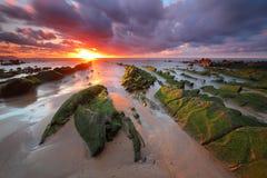 Verbazende zonsondergang over barrika strand Biskaje, Baskisch Land scenary van Spel van Tronen royalty-vrije stock fotografie