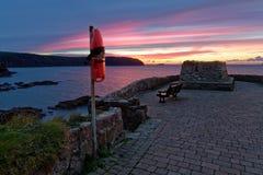 Verbazende zonsondergang over een overzeese kust Stock Fotografie
