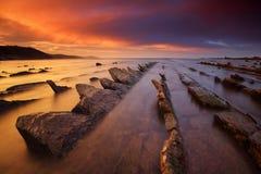 Verbazende zonsondergang over flysch rotsvorming Stock Foto's