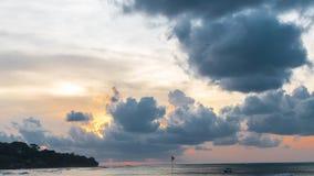 Verbazende zonsondergang over het tropische strand Jimbaran, het eiland van Bali, Indonesië 4K timelapse van zeegezicht stock footage