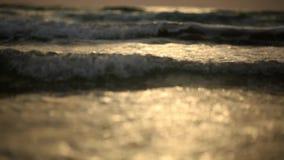 Verbazende zonsondergang over het tropische strand oceaanstrandgolven op strand in zonsondergangtijd stock videobeelden