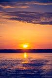Verbazende zonsondergang over meer Stock Afbeelding