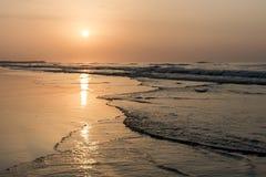 Verbazende Zonsondergang rode golven bij strand Salalah Oman 12 Royalty-vrije Stock Fotografie