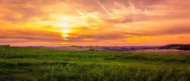 Verbazende zonsondergang in Toscanië Stock Afbeeldingen