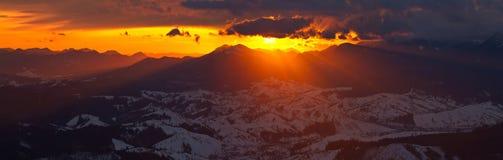 Verbazende zonsopgang in bergen met mooie landschap en colorfull wolken Stock Foto