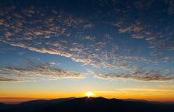 Verbazende zonsopgang in bergen met mooie landschap en colorfull wolken Royalty-vrije Stock Foto's