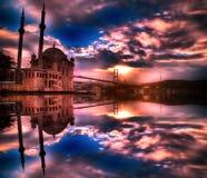 Verbazende zonsopgang bij ortakoy moskee, Istanboel stock afbeeldingen