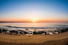 Verbazende zonsopgang op de manier aan het strand Stock Foto's