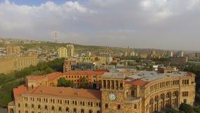 Verbazingwekkende mening van de Overheidsbouw met het golven in de windvlag van Armenië stock video